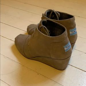 8M Toms Desert boots wedge heel lace up grey taupe